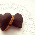 Inimioare cu miere şi glazură de ciocolată