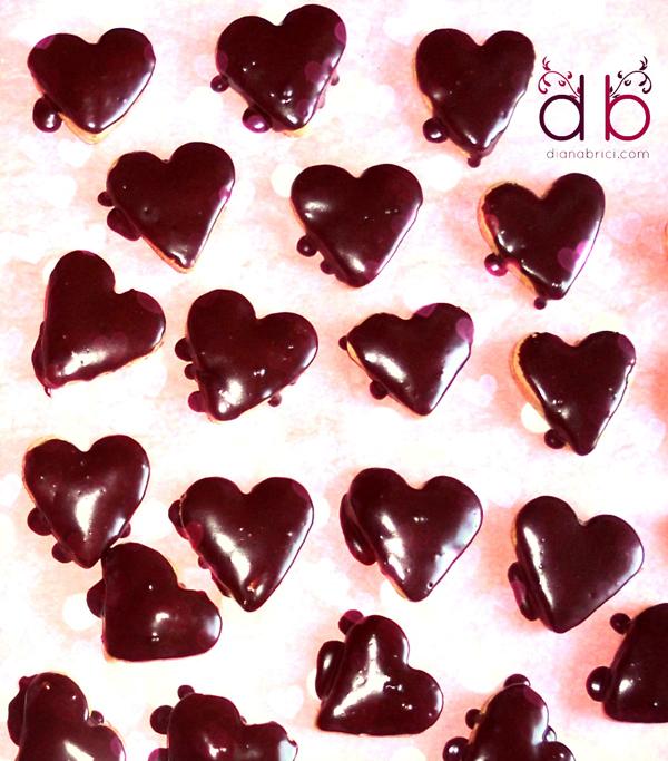 turta dulce in forma de inimioare cu glazura de ciocolata